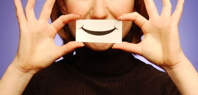 sztuczny uśmiech nieszczerość
